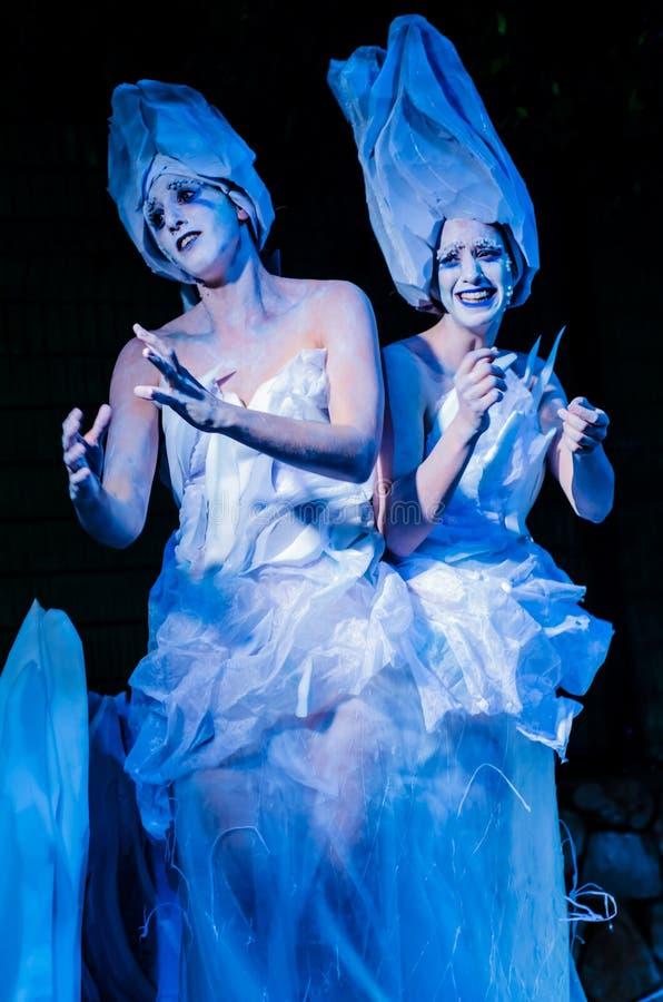 2 женщины представляя как живущие статуи на празднестве стоковая фотография rf