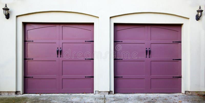 2 лиловых двери гаража стоковые изображения