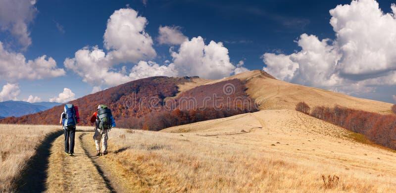 2 люд перемещая в горы стоковые изображения