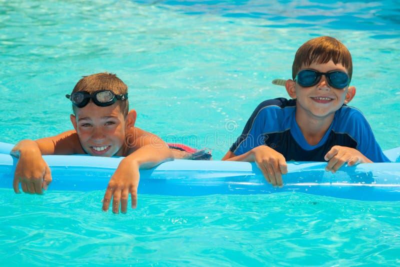 2 мальчика в плавательном бассеине 1 стоковое изображение rf