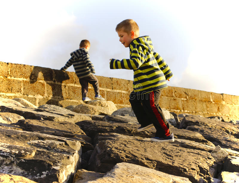 2 молодых мальчика играя outdoors стоковые изображения