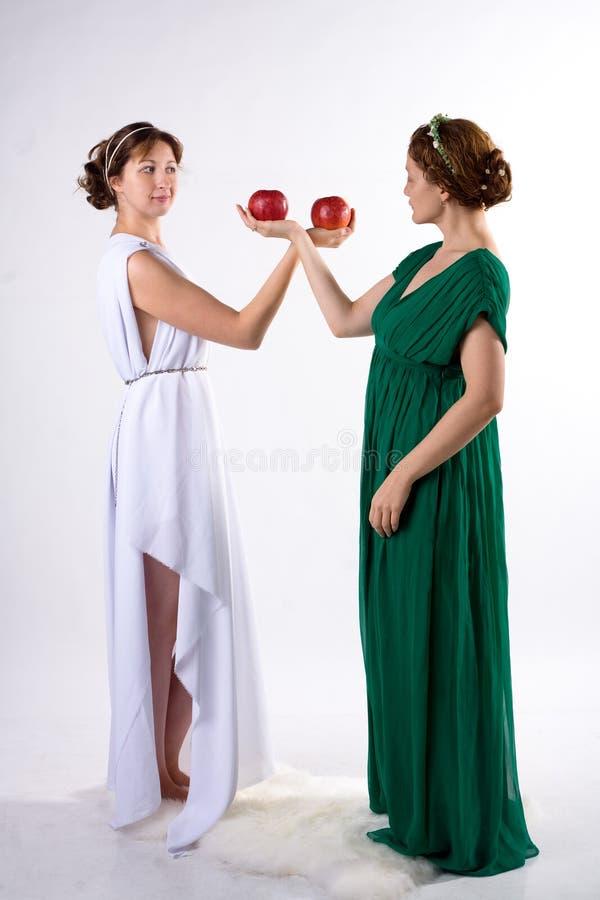 2 повелительницы и 2 яблока стоковое изображение
