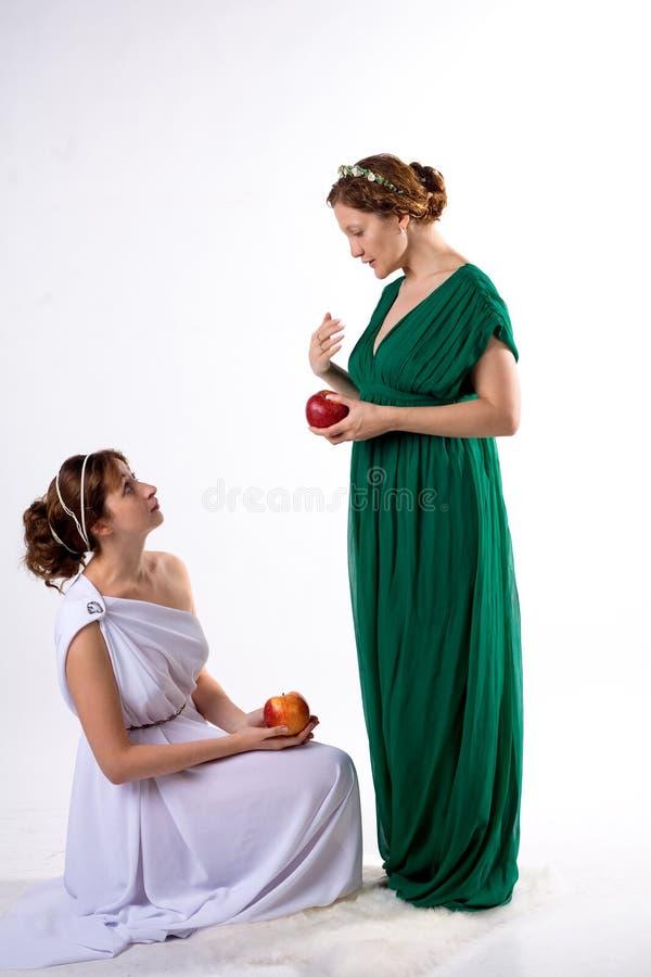 2 повелительницы и 2 яблока стоковое фото rf