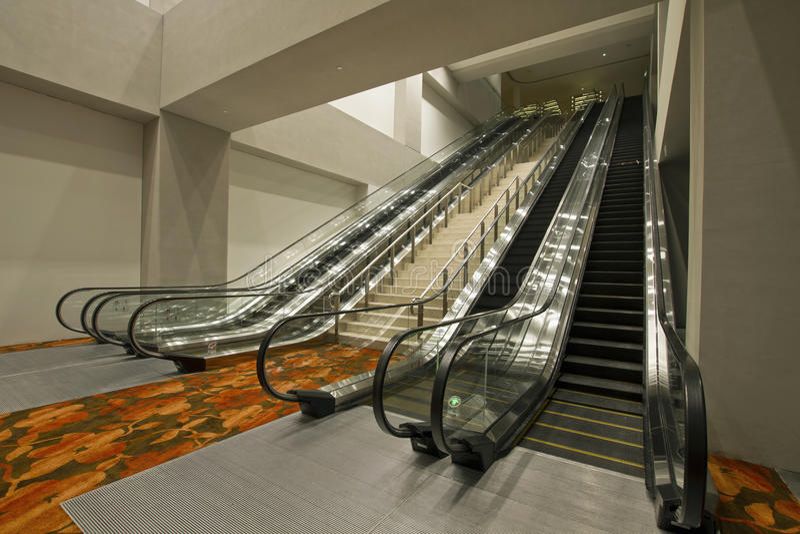 2 разбивочных лестницы эскалаторов конвенции стоковое изображение rf