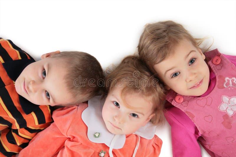 _ 2 ребенк закрывать лежать 3 верхн вверх взгляд стоковые фото