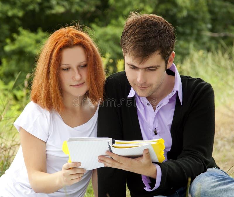 2 студента на напольном стоковая фотография