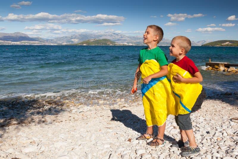 2 счастливых мальчика на пляже. стоковые изображения rf