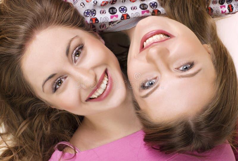 2 счастливых подруги. стоковая фотография rf