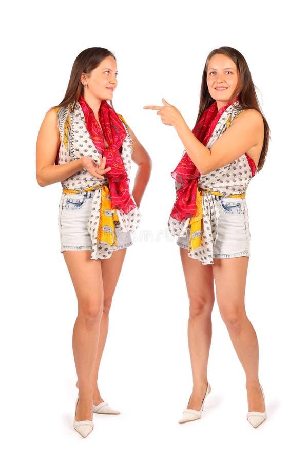 2 таких же женщины в студии на белизне стоковые изображения rf