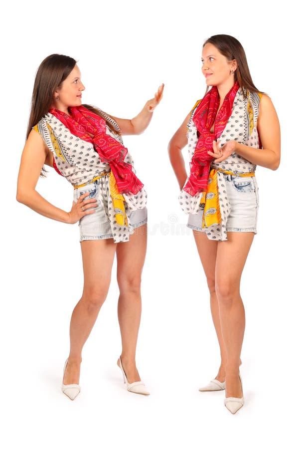 2 таких же женщины в студии стоковая фотография rf