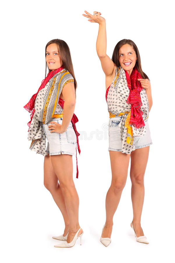 2 таких же женщины нося в краткостях танцуют в студии стоковое фото rf