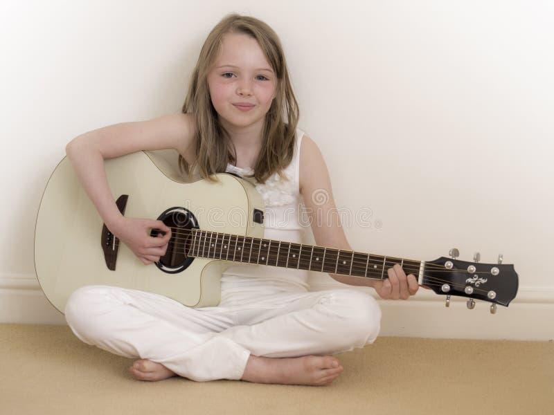 2 akustycznych dziewczyny gitary potomstwa zdjęcia stock