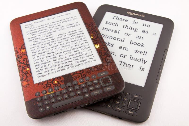 2 Amazone allument des E-Lecteurs (les différentes tailles de fonte)   photos stock