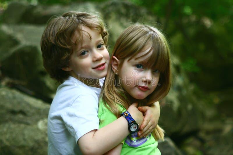 2 barn som upptäcker naturen royaltyfria foton