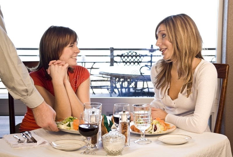 2 cafevänner som har lunch arkivbilder