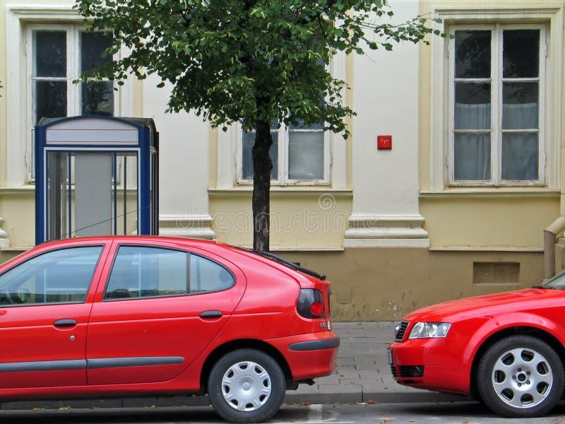 2 cortaron los coches rojos en el estacionamiento foto de archivo libre de regalías