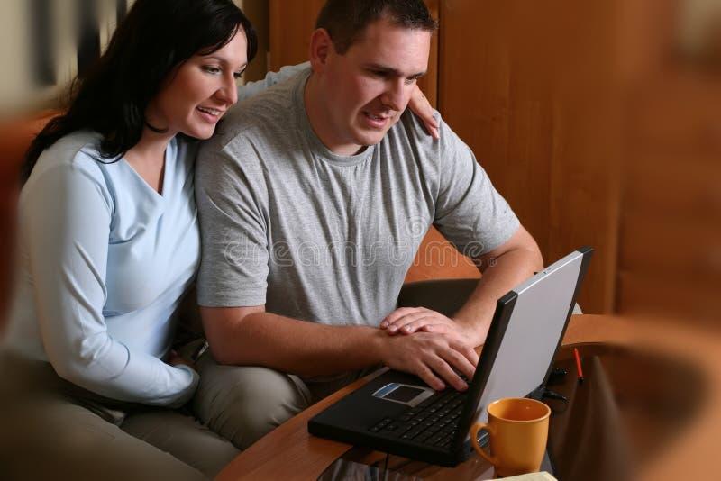 2 couple happy laptop 库存照片