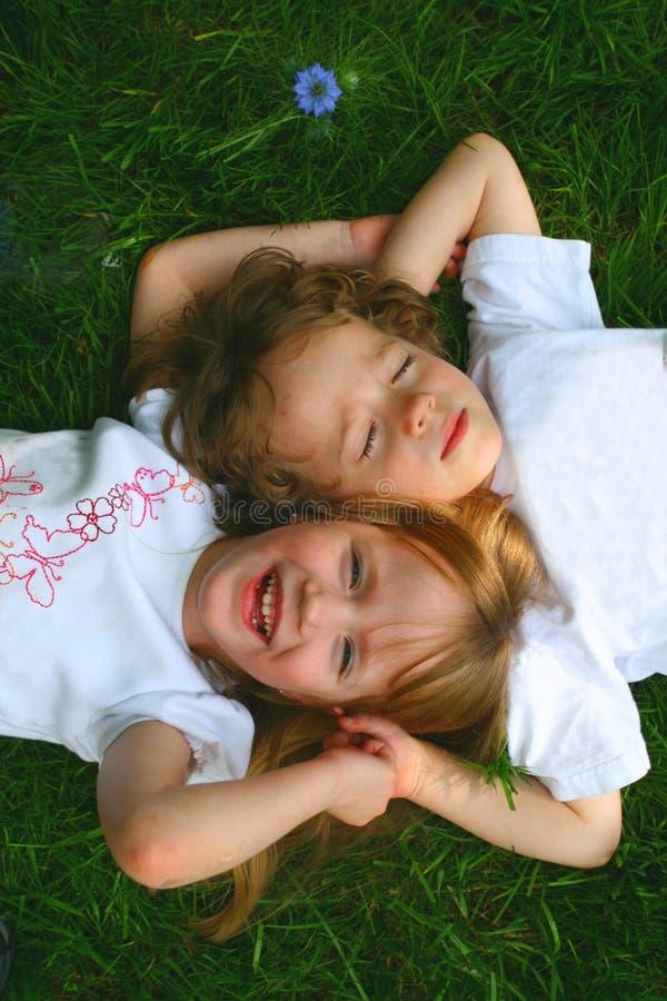 2 crianças na grama fotografia de stock