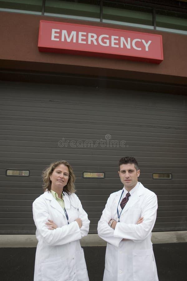 2 Doktoren außerhalb des Krankenhauses ER stockfoto