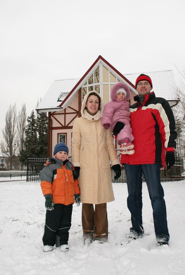 2 domowej rodzin zimy. obraz royalty free
