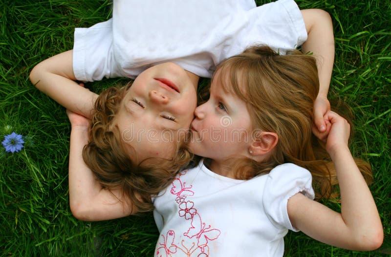 2 enfants dans l'herbe photographie stock libre de droits