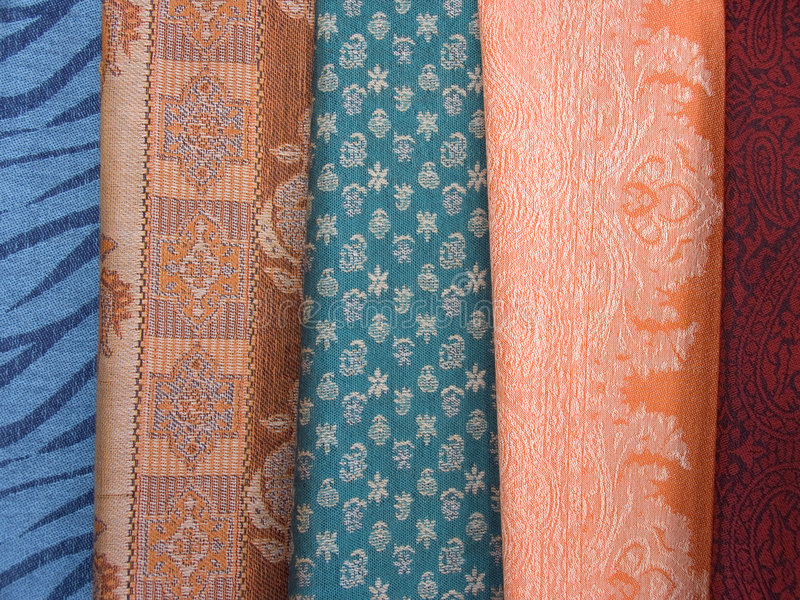 2 färgade scarfs arkivfoton
