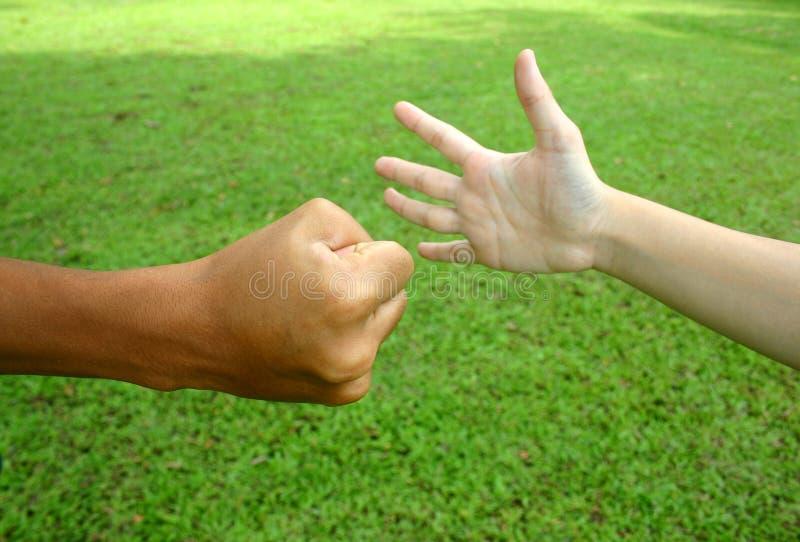 2 händer arkivfoton