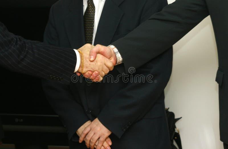 2 händer som möter shake royaltyfri bild