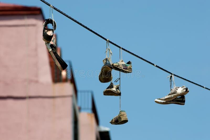 2 hängande skor arkivbild