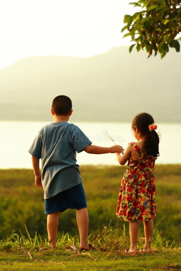 2 kinderen stock afbeelding