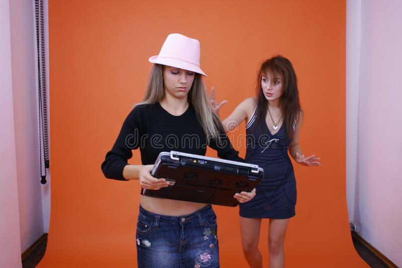 2 kvinnor för bärbar dator två fotografering för bildbyråer