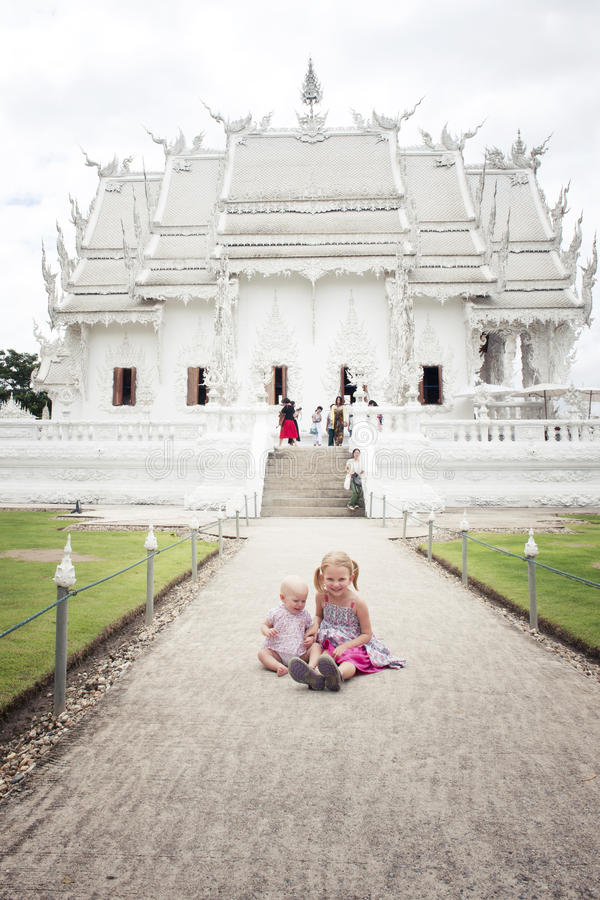 2 liten flicka (turist) vid Wat Rong Khun royaltyfri fotografi