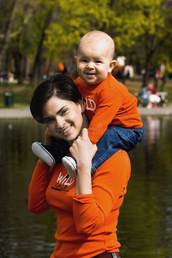 2 matki dziecka zewnętrznego zdjęcia royalty free