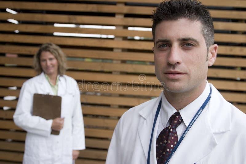 2 medici fuori dell'ospedale fotografia stock