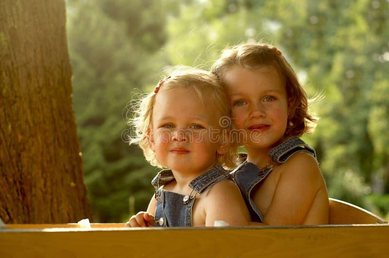 2 meninas bonitas em um vagão foto de stock