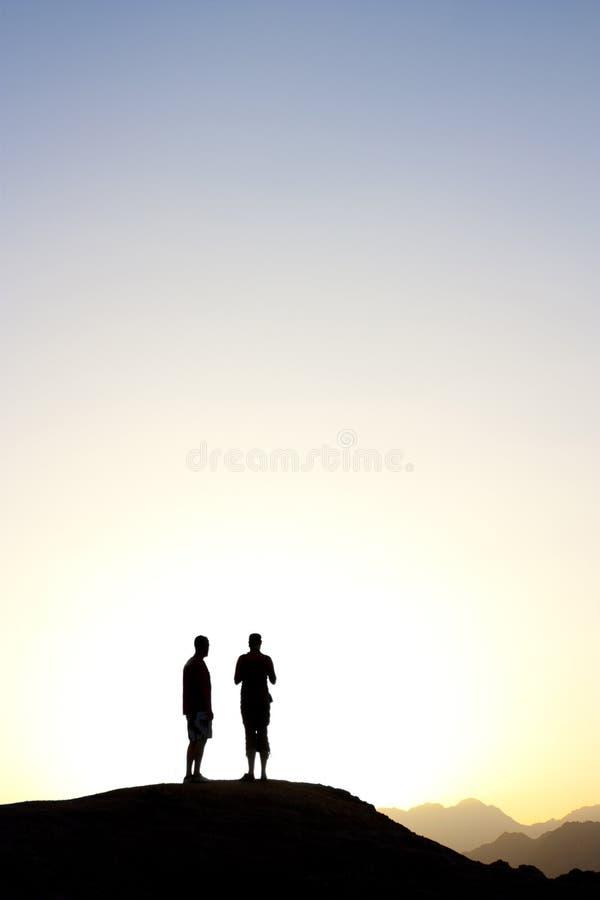 2 mensen die zich bovenop een berg bevinden royalty-vrije stock foto