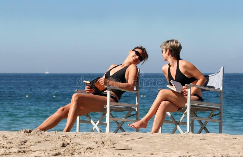 2 mujeres en la playa foto de archivo