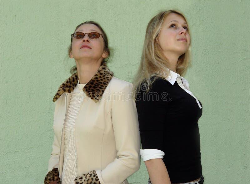 2 mujeres que miran para arriba fotografía de archivo libre de regalías