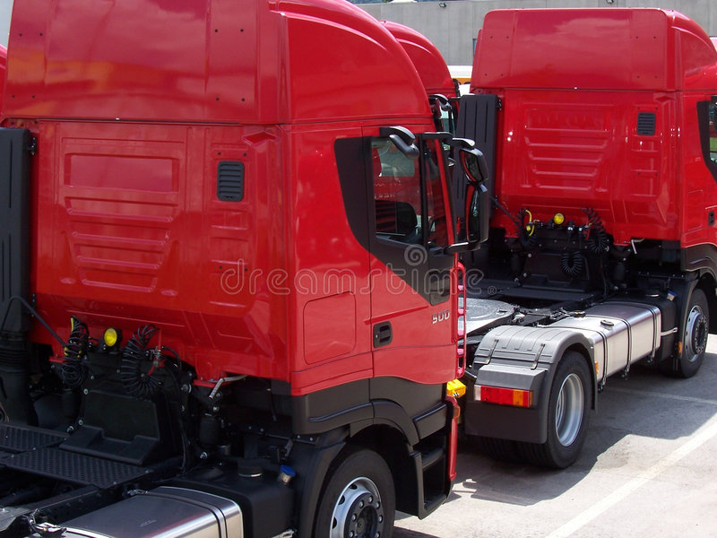 2 rode vrachtwagens stock afbeelding