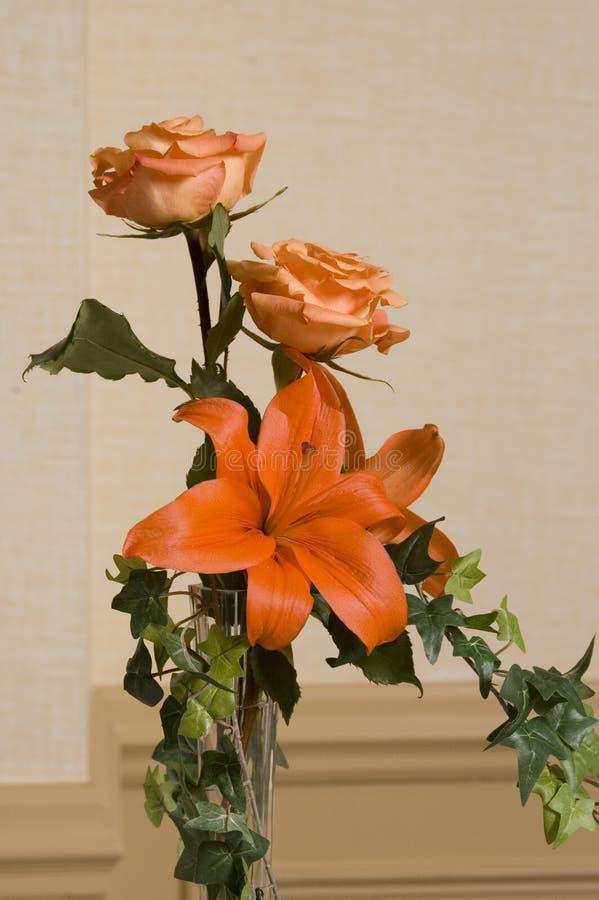 2 roses et un lis photos stock