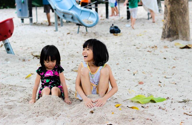 2 девушки сидя на Seashore стоковые фото