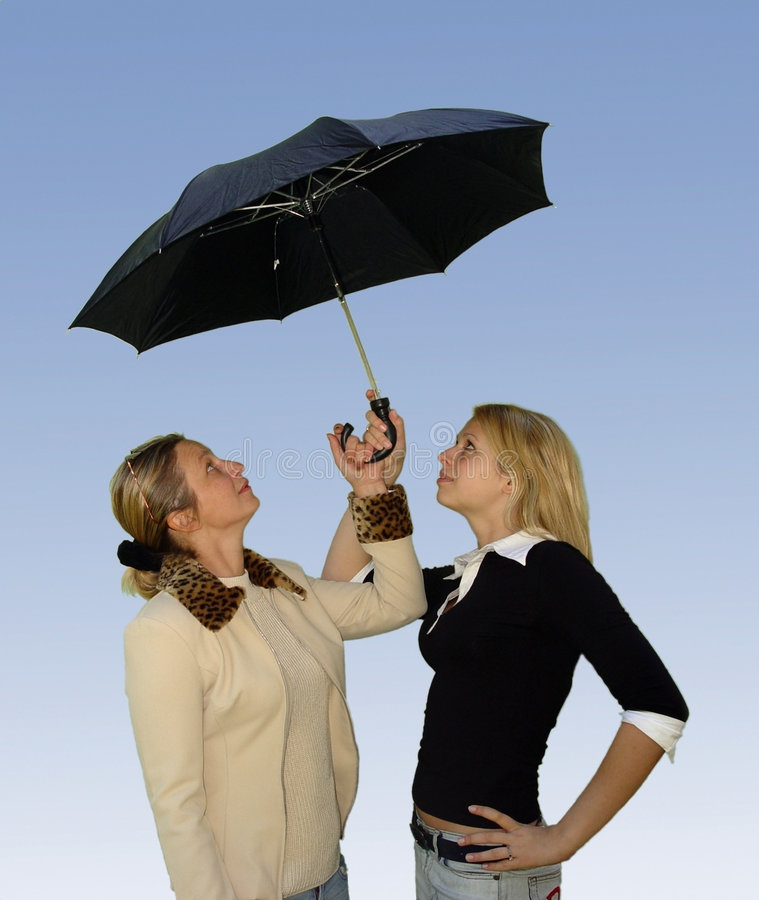 2 vrouwen onder de paraplu royalty-vrije stock foto's