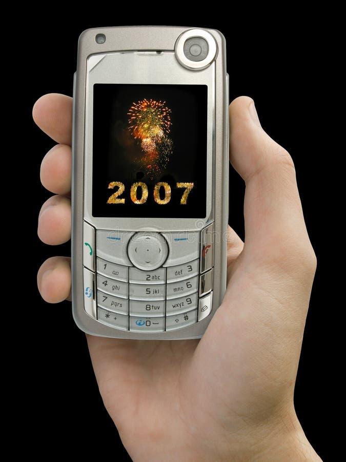 2007 y fuegos artificiales en la visualización del teléfono móvil a disposición imágenes de archivo libres de regalías