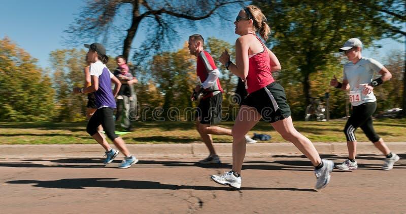 2010 löpare för stadsgruppmaraton kopplar samman fotografering för bildbyråer