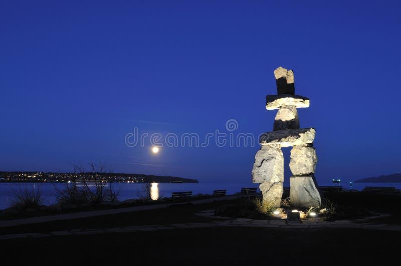 2010 Olympisch symbool - Inukshuk bij Engelse Baai stock foto