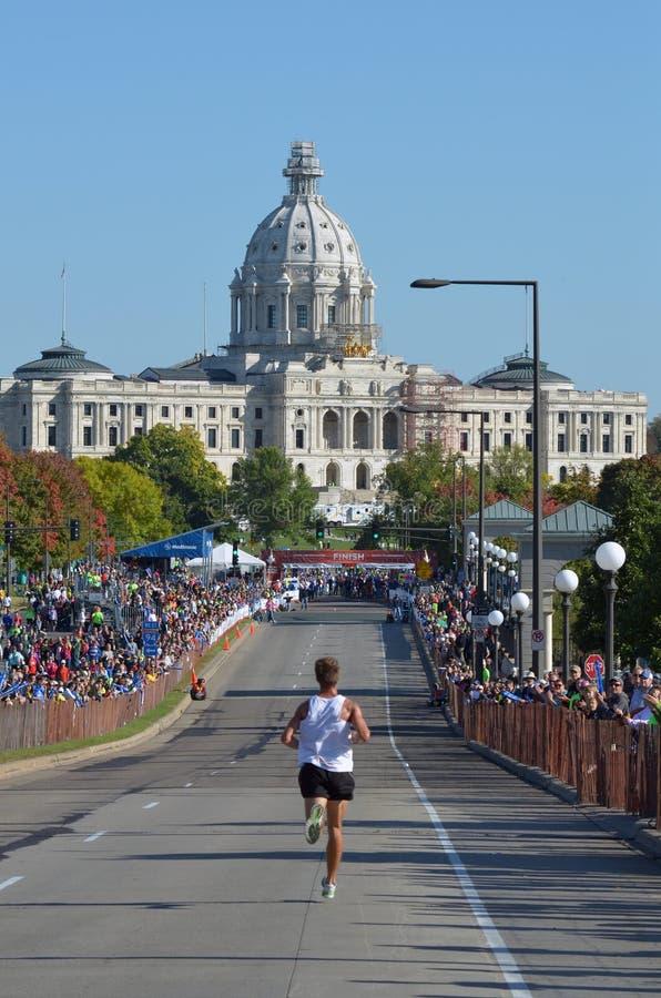 2011个城市临近孪生的完成马拉松 库存图片
