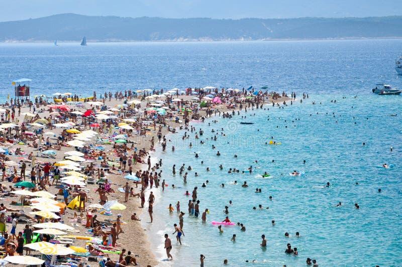 2011个海滩bol克罗地亚海岛游人 库存照片