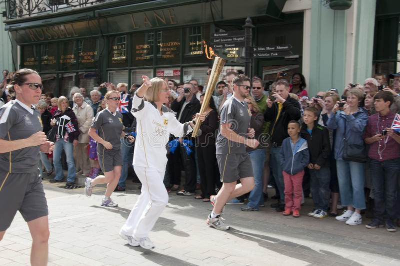 2012 flama olímpica - relé Warwick da tocha fotografia de stock royalty free