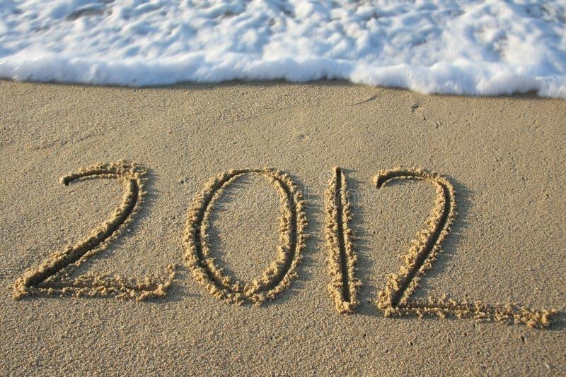 2012 geschreven in het zand stock foto's
