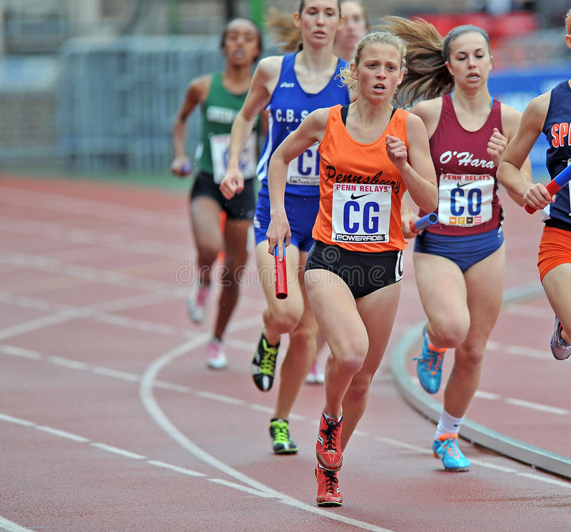 2012 spår - löpare för kvinnligHS-relay arkivfoton